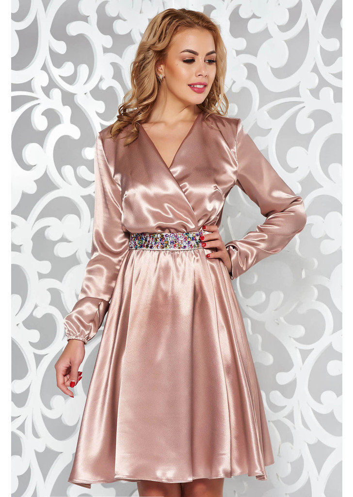 7f470d6300 Krém StarShinerS ruha alkalmi szatén anyagból övvel ellátva strassz